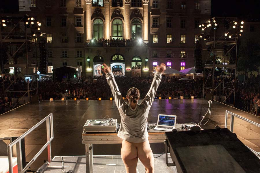 Hit The Boom (...'cause it's more than summer!) by Doris Uhlich and 20 nudeDancers. ImPulsTanz Festival Vienna Opening at MQ. photo by Karolina Miernik.